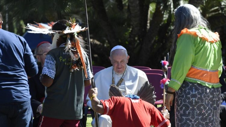 Daags voor de start van de synode planten deelnemers in het Vaticaan een boom. Paus Franciscus draagt de synode op aan de heilige Franciscus van Assisi, wiens feestdag de Kerk vandaag viert. © Vatican News
