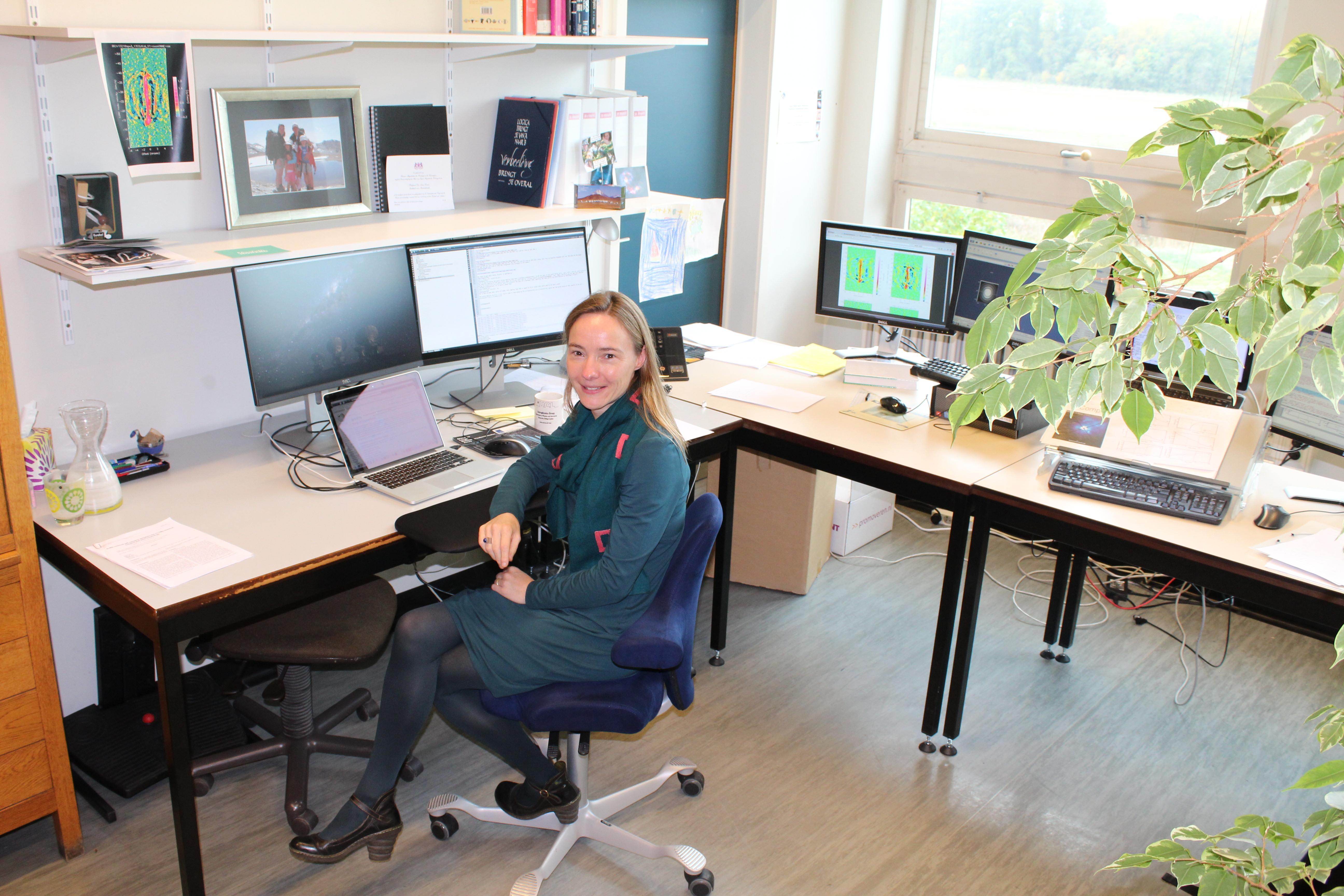 Leen Decin in haar biotoop. Futuristische wetenschap in een aftands gebouw. © LW