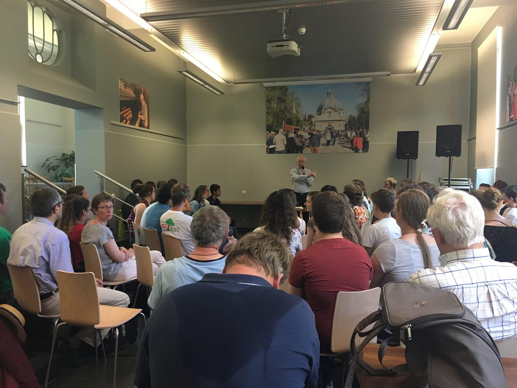 De 16+'ers luisterden naar een gedreven toespraak van mgr. De Kesel. © IJD