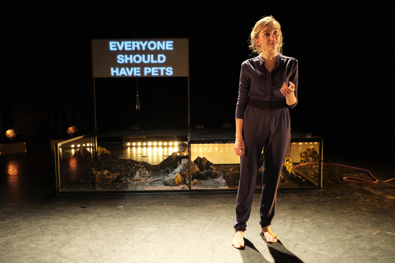 Elena Peeters op de planken met 'Johnyboy', over haar ontmoeting met terdoodveroordeelden.  © Elena Peeters