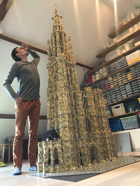 Nick Mortier bouwde de O.L.V.-kathedraal van Antwerpen na in lego. © Nick Mortier