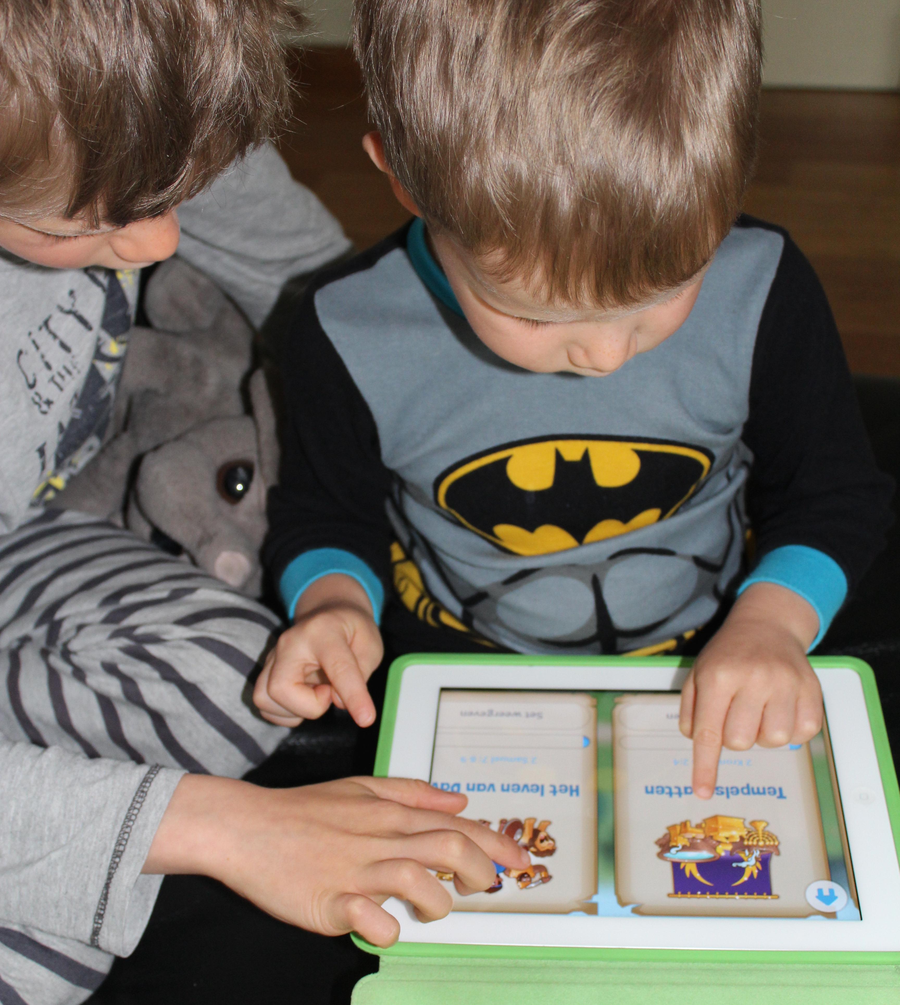 Animaties en verzamelitems motiveren de kinderen om verder te lezen. © LW
