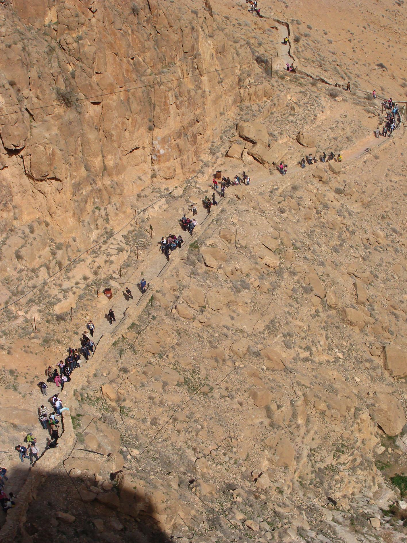 Pelgrims beklimmen de trap naar het klooster Deir Mar Moussa. © Babs Mertens