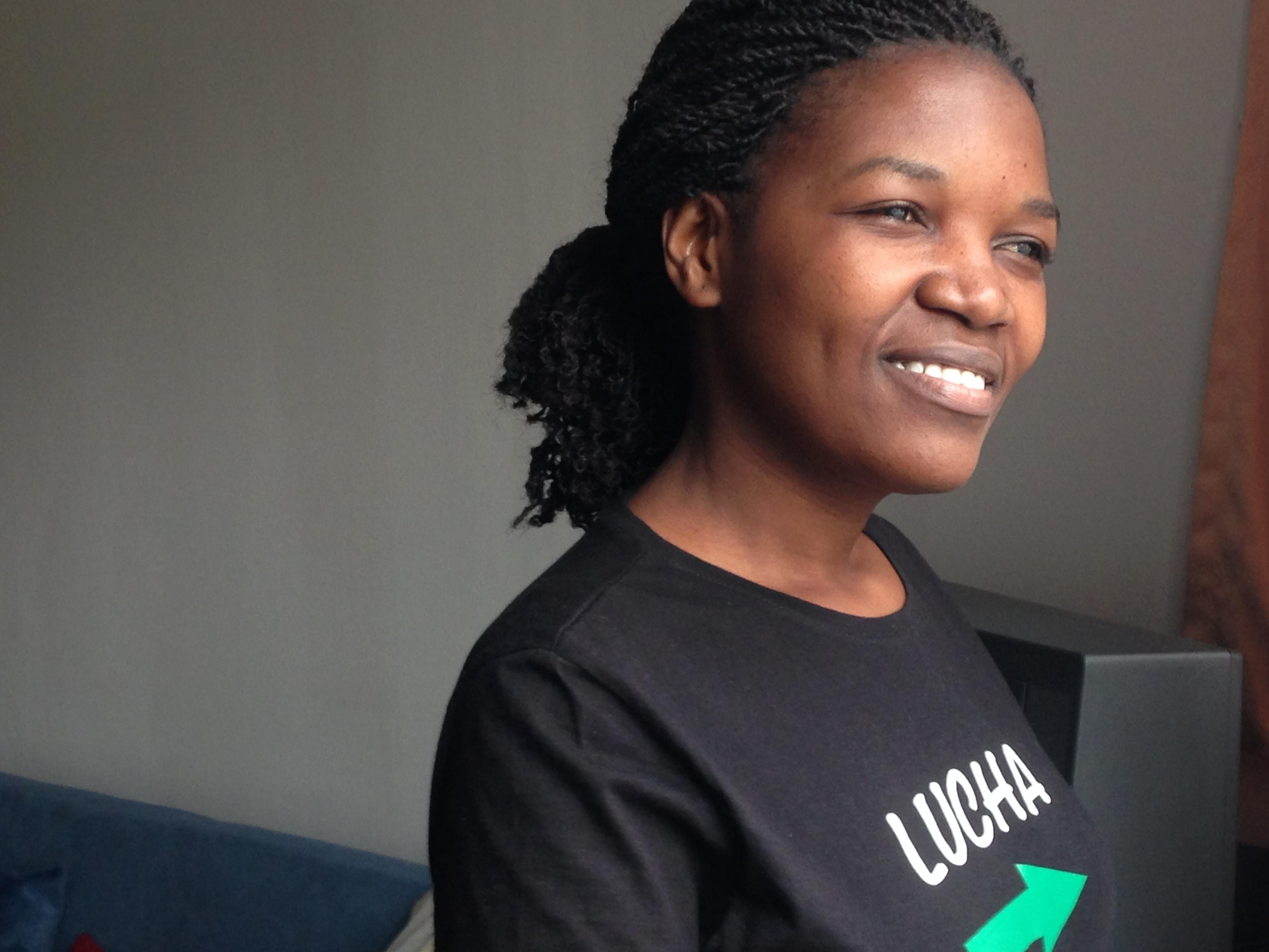 Micheline Mwendike draagt het logo van Lucha fier op de borst. © Lieve Wouters