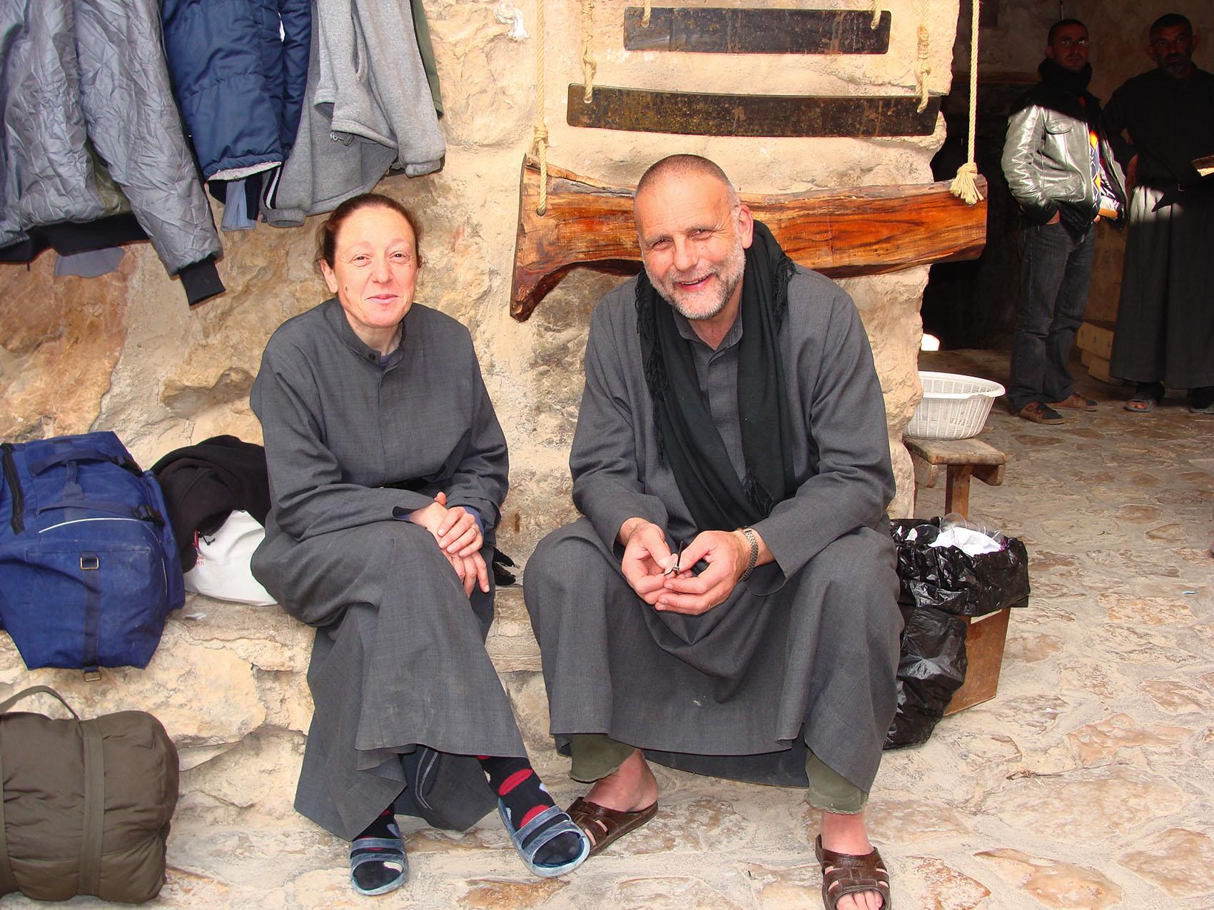Zuster Houda, letterlijk en figuurlijk aan de rechterhand van pater Paolo. © BM