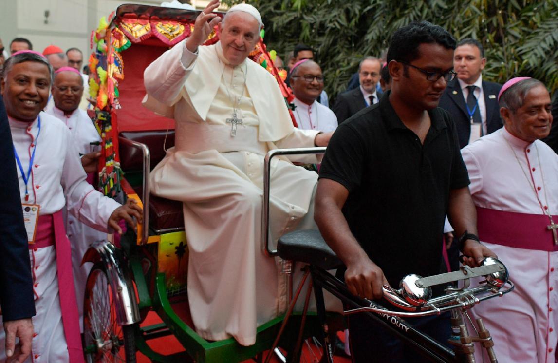 Paus Franciscus tijdens zijn bezoek in Bangladesh © SIR/OSR