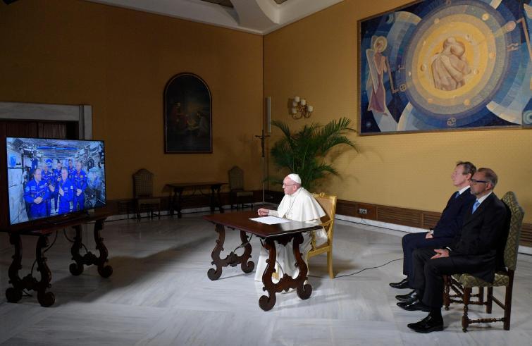 Paus Franciscus tijdens een eerder gesprek via sateliet met de ISS-astronauten © SIR