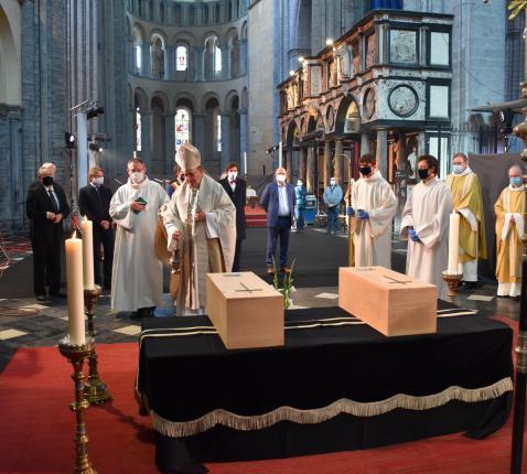 Bisschop Guy Harpigny van Doornik bewierookt de sobere kistjes met de stoffelijke resten van de twee 11de-eeuwse bisschoppen van Doornik © Office du Tourisme de Tournai