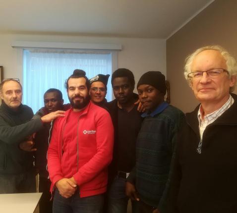 Fernand Marechal met enkele vluchtelingen en medewerkers © Inge Cordemans