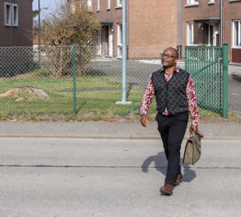 Begeleider Emmanuel komt terug van een bezoek aan terugkeerwoningen in Bevekom. © Kristien Vliegen / JRS Belgium
