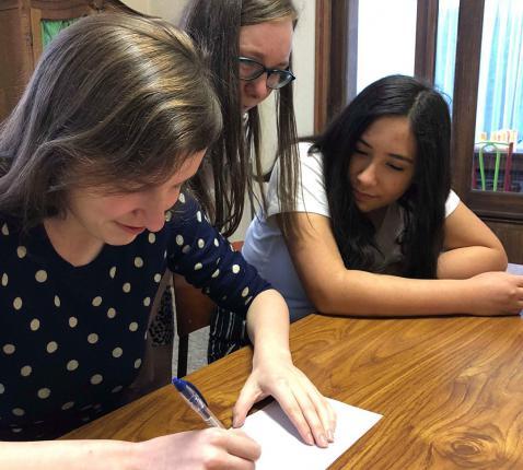 Jokri leden proberen blind te tekenen met behulp van gesproken instructies © SV