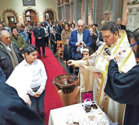 Thomas Dibo Habbabé leidt de Syrisch-katholieke kerk in België. Over het hele land  verzorgt hij vieringen in de eigen ritus, hier in Rapertingen. © tdh