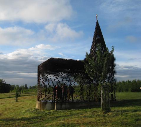 Doorzichtige kerk in Borloon. © rr