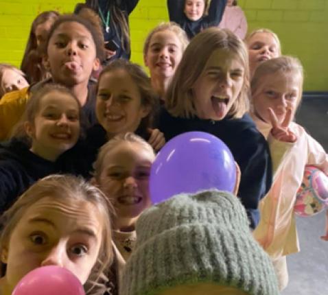 De Kwiks (5e-6e leerjaar) met hun leidsters. © Chiro Westerlo
