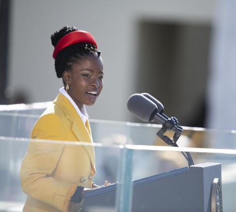 Amanda Gorman reciteert het gedicht 'The Hill We Climb' bij de inauguratie van president Joe Biden. © Wikicommons