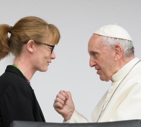 Annelien Boone spreekt met paus Franciscus tijdens de presynode in Rome.