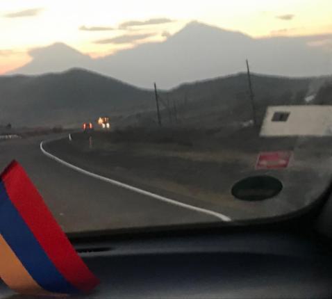 Zicht op de berg Ararat, symbool van de Armeense identiteit, maar nu op Turks grondgebied, gezien vanop de verbindingsweg van Artsakh naar Armenië en Artsah © Benoit Lannoo