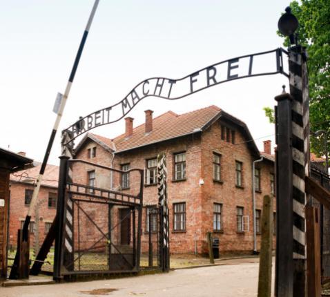 De toegangspoort tot Auschwitz, met opschrift 'Arbeit macht frei'. © Wikimedia / By xiquinhosilva