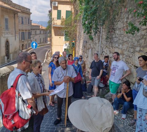 Allaoui op stap met deelnemers aan de interreligieuze pelgrimage in Cori. © Babs Mertens