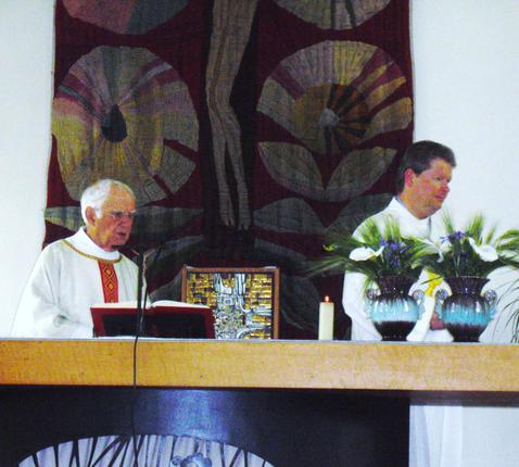 Pater Nico en diaken Bart tijdens de eucharistieviering © Helga De Pelsmaeker - Eric Van Steenberge