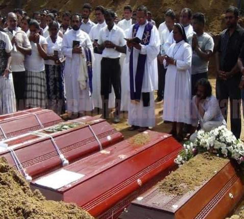 Massabegrafenis van 60  slachtoffers van de aanslagen in Katuwapitiya © Missio