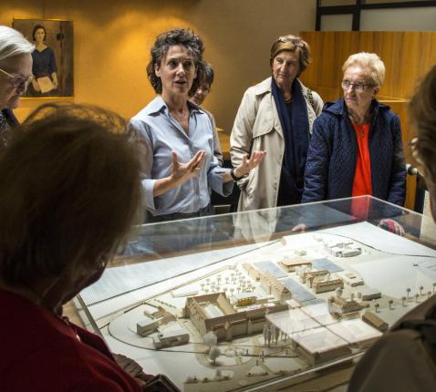 Archivaris en erfgoedbeheerder Ria Christens leidt oud-leerlingen van het regentaat Huishoudkunde rond in het archief van zusters annuntiaten. © Michiel Sels
