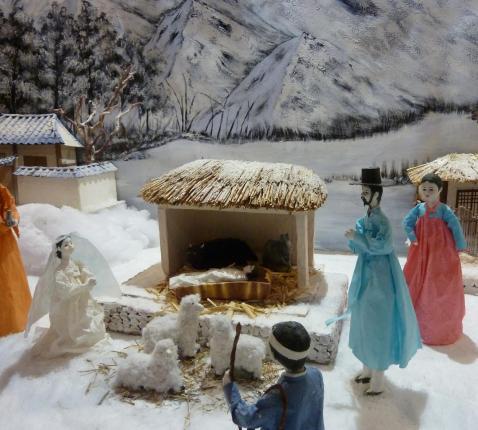 Kerststal uit Zuid-Korea gemaakt door Kang Soo Jung (1949-2018) © Marie-Hélène Brion