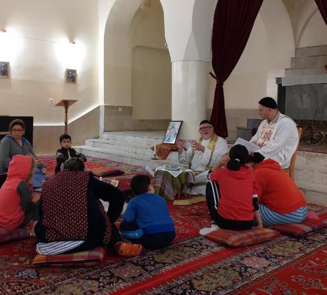 Liturgie in het klooster van de Heilige Maria, met abouna Jens Petzold en Jacques Mourad in Irak.  © Barbara Mertens