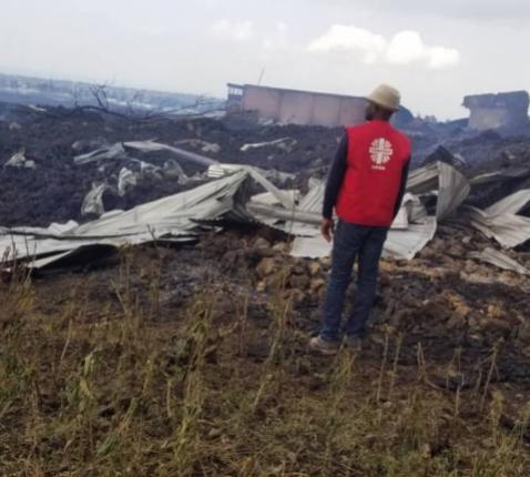 Een medewerker van Caritas Goma meet de schade op van de vulkaanuitbarsting van 22 mei 2021 © Caritas Goma