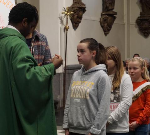 kruisoplegging vormelingen © parochie Onze-Lieve-Vrouw Lichtaart