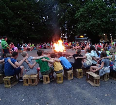 Samen met alle jongeren zingen rond het kampvuur.