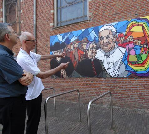 Bisschop Bonny en pastoor Kempenaers bekijken het kunstwerk © Ilse Van Halst