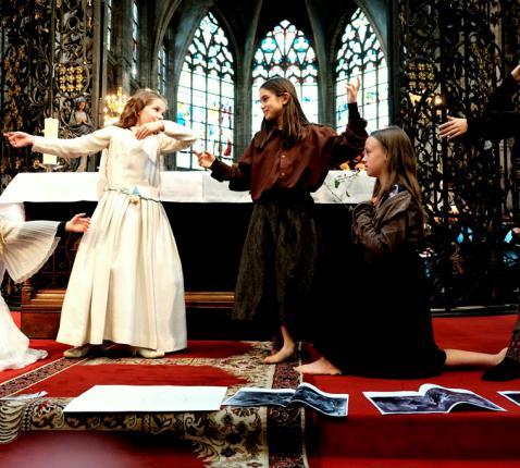 775 jaar OLV Alsemberg. De jonge toneelspelers van de Boomhut o.l.v. de legendeverteller Theo Hendrickx © c Hugo Casaer