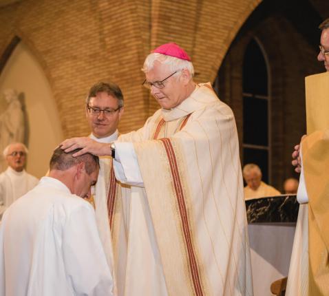 Mgr. Hoogmartens wijdt godsdienstleerkracht Gert Dujardin tot permanent diaken. © Nico Meubis