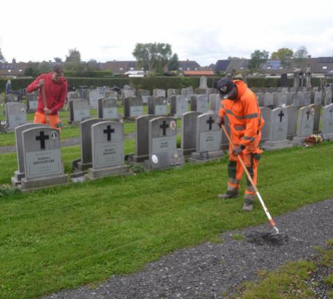 Gemeentepersoneel op begraafplaats Kuurne © Karen Devroe