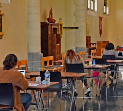Studenten kunnen blokken in de Sint-Donatuskerk van Zeebrugge