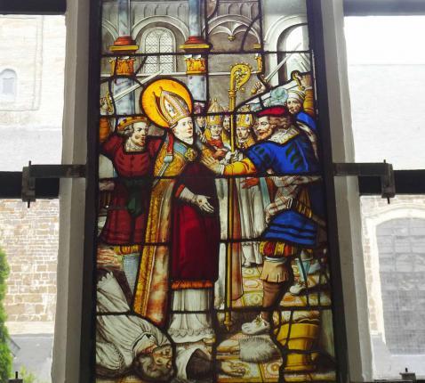 Een van de vele glasramen die de kloostergangen sieren © Jan de Broeck