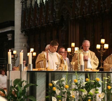 Zalving van de handen waarmee Elia de sacramenten zal bedienen.