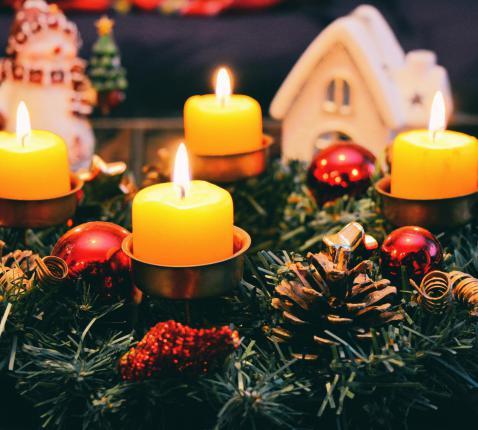 De vier adventskaarsen die branden vertellen ons dat Jezus' (weder)komst nabij is! © Pexels