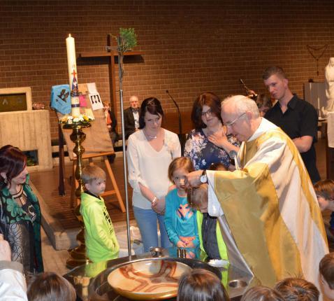 Een (kinder)doop in de eucharistie doet mensen én onszelf thuiskomen. De Kerk op haar mooist!
