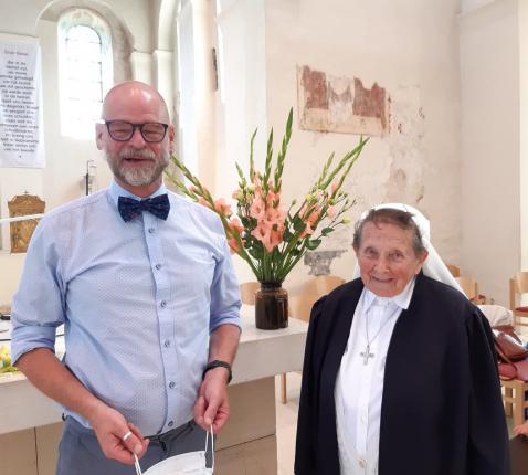 Zuster Agnes Verbrugghen met pastoor Patrick