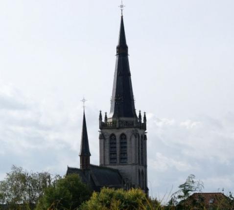 De kerktoren van de Onze-Lieve-Vrouwkerk markeert het landschap. © Hugo Casaer