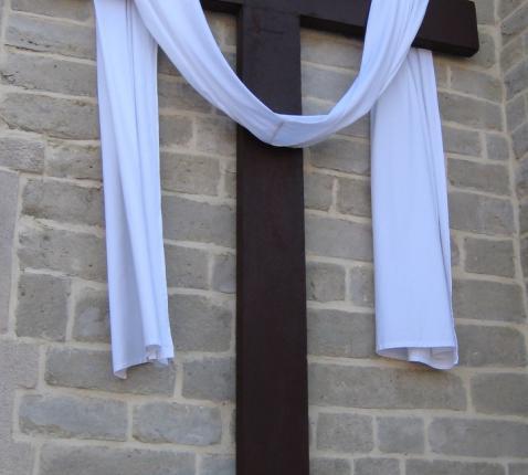 Bloemen bij het kruis als teken van onze dankbaarheid. © L.J.