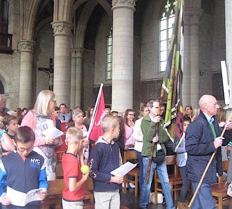 Bij het begin van de viering kwamen onze bewegingen fier met hun vlag naar voren. © L.J.