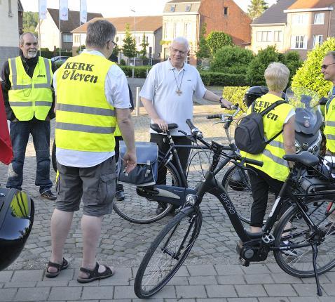 Ook mgr. Hoogmartens pelgrimeerde per fiets naar Maastricht. © Jos Collaer
