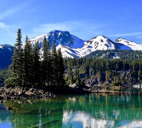Aan een beekje in het machtige Garibaldi National Park in Canada ontstond in Rebecca Braun het verlangen als een rivier te stromen - maar dan stroomopwaarts - naar haar Bron. © Wikimedia
