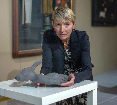 Brigitte Slabbynck met 'Hartje', het winnend kunstwerk van de tentoonstelling 'Het Zonnelied verbeeld' van Museum De Mindere. © Museum De Mindere