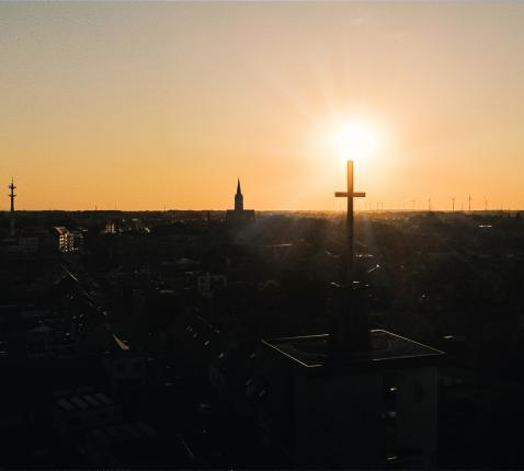 Avondzon boven gastvrije kerkgebouwen in Eeklo. © Spanhove Media - foto, Stijn Spanhove