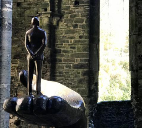 Wie?, sculptuur van Jean-Michel Folon in de abdijruïnes van Villers-la-Ville. © Lieve Wouters