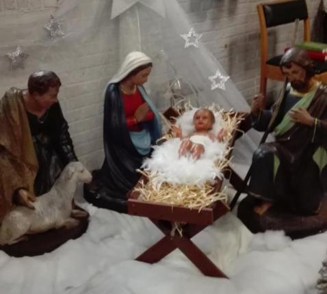 De kerststal in de kerk